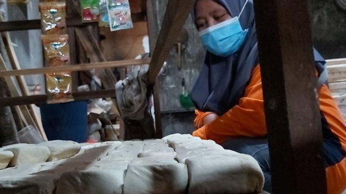 Industri rumahan tahu di Kelurahan Debongtengah, Kecamatan Tegal Selatan, Kota Tegal.