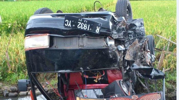 Kondisi kendaraan usai terjadi insiden adu banteng di perbatasan Kabupaten Pemalang - Purbalinga, Rabu (10/2/2021).