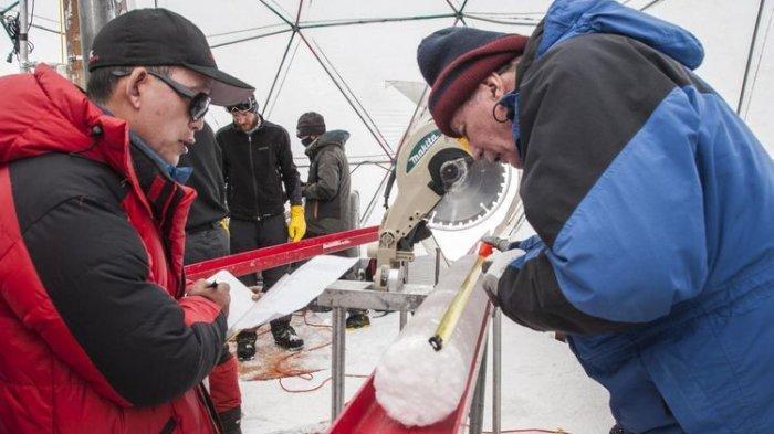 Inti es yang diambil dari Dataran Tinggi Tibet menyimpan virus yang berusia hampir 15.000 tahun. (Lonnie Thompson, The Ohio State University via PHYS)