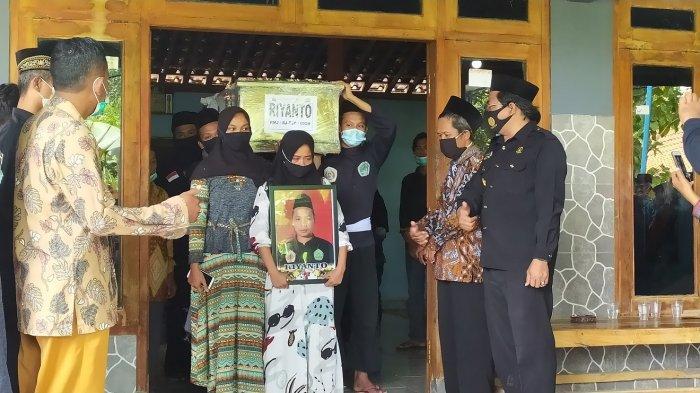 Jenazah Kakak Adik Suyanto dan Riyanto Korban Sriwijaya Air Jatuh Dimakamkan Berdampingan di Sragen