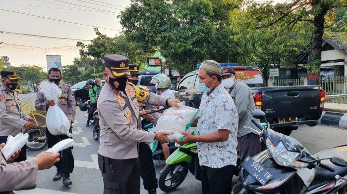 Polres Demak Bagikan 100 Paket Sembako dan Masker ke Warga Terdampak PPKM Darurat