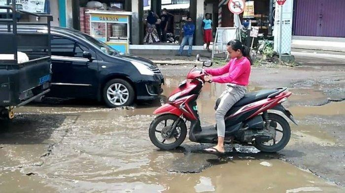 Kondisi jalan berlubang dipenuhi genangan air di Kecamatan Kaliwungu Kendal, Rabu (20/1/2021).