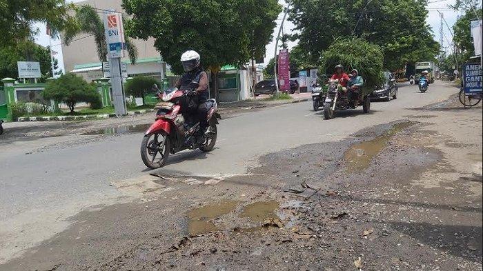 Hotline Tegal: Warga di Tegal Mengecor Jalan Berlubang, Khawatir Ada Pengendara Terjatuh