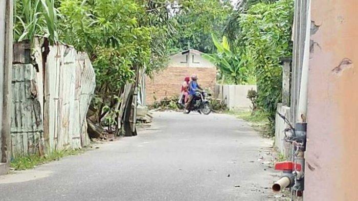 Pria Ini Tutup Jalan Umum dengan Tembok, Salah Satu Alasannya karena Pernah Diklakson Pengendara