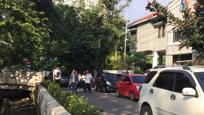 Hotline Semarang : Tolong Tertibkan Parkir di Jalan Pekunden Tengah