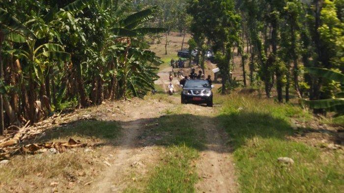 Kondisi jalan penghubung Kendal bawah dan Kendal atas di Desa Sojomerto, Kecamatan Gemuh yang masih terputus karena belum bisa dilalui mobil, Selasa (21/9/2021).