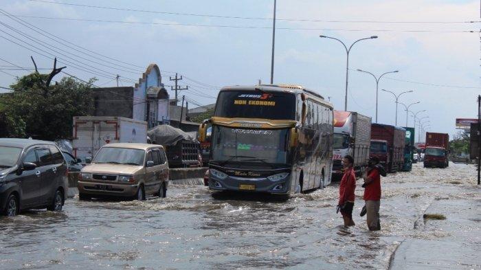 Jalan Kaligawe Masih Terendam Banjir Semarang, Arus Lalin Tersendat Sepanjang 500 Meter