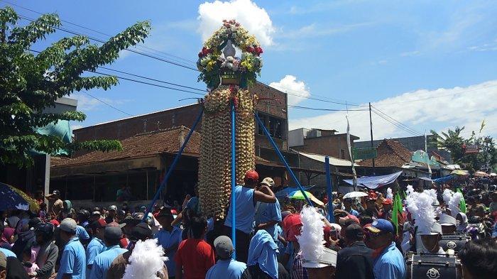 Jalan Utama Sukolilo Kabupaten Pati Semarak Dengan Ritual Meron
