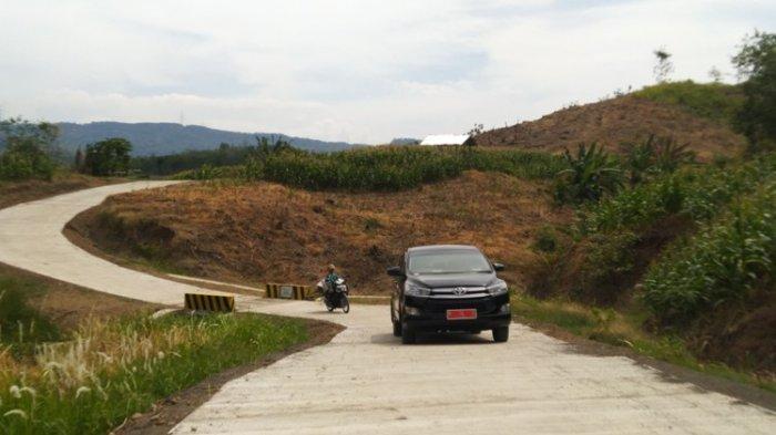 Akses jalur alternatif Kecamatan Gemuh menuju Kecamatan Pageruyung di atas perbukitan yang mulai dibetonisasi, Jumat (3/9/2021).