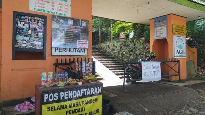 Jalur Pendakian Gunung Lawu Ditutup, Kakek Ini Tetap Jualan di Gerbang Basecamp Cemoro Kandang