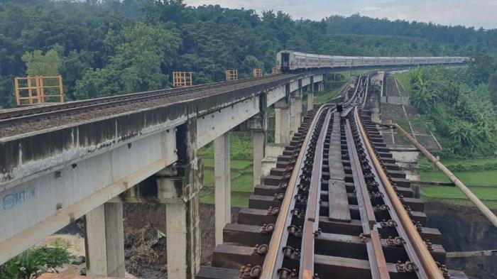 Kereta api yang melewati jalur antara Linggapura - Bumiayu tepatnya di jembatan Desa Pecangakan, Kecamatan Tonjong, Kabupaten Brebes dimana untuk sementara PT KAI Daop 5 Purwokerto memberlakukan jalur tunggal karena adanya gangguan rintang jalan, pada Rabu (13/1/2021).