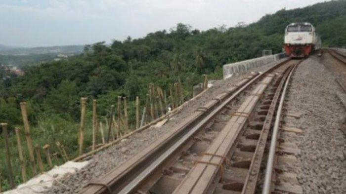 Pegawai PJKA Siaga, Jalur Kereta Api Jakarta-Bandung di Purwakarta Ambles hingga 90 cm