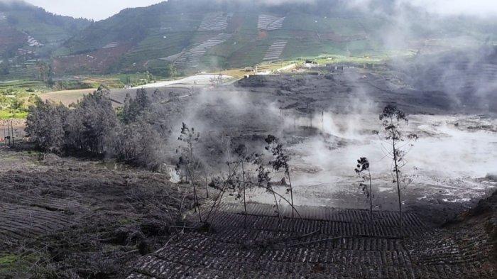 Kekurangan Air Bersih Dampak Letusan Kawah Sileri, Warga Nekat Tembus Zona Bahaya Perbaiki Pipa
