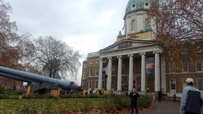 Pengunjung Diizinkan Pegang Koleksi Berumur 2.100 Tahun - Jelajah Tempat Asyik di Kota London
