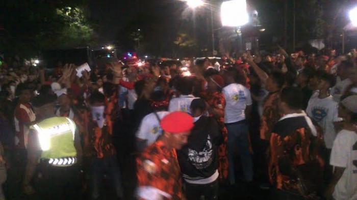 Jelang Debat Paslon, Ratusan Orang Tutup Jalan Ahmad Yani depan RRI Semarang