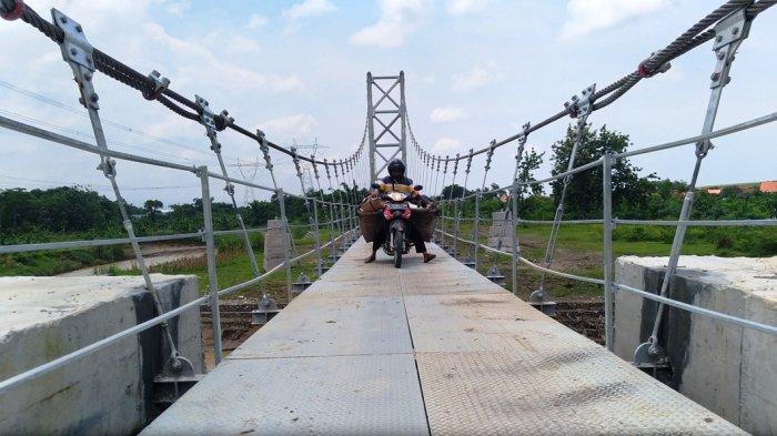 Melintasi Sungai Blorong Kendal, Warga Ngampel Bisa Ngirit Satu Kilometer Gunakan Jembatan Gantung