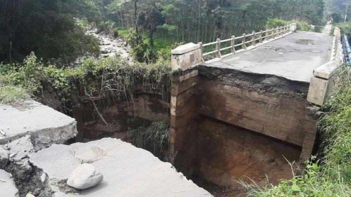 Kondisi terkini di jembatan Kaligintung, Desa Batuagung, Kecamatan Balapulang, Kabupaten Tegal, pada Jumat (2/4/2021) yang terlihat putus sehingga tidak bisa dilewati oleh kendaraan baik sepeda motor maupun mobil.
