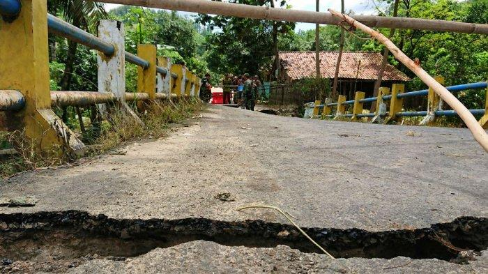 Kerusakan jembatan penghubung Desa Suru ke Desa Wanarata, Kecamatan Bantu, Pemalang di sisi barat, Kamis (11/2/2021).