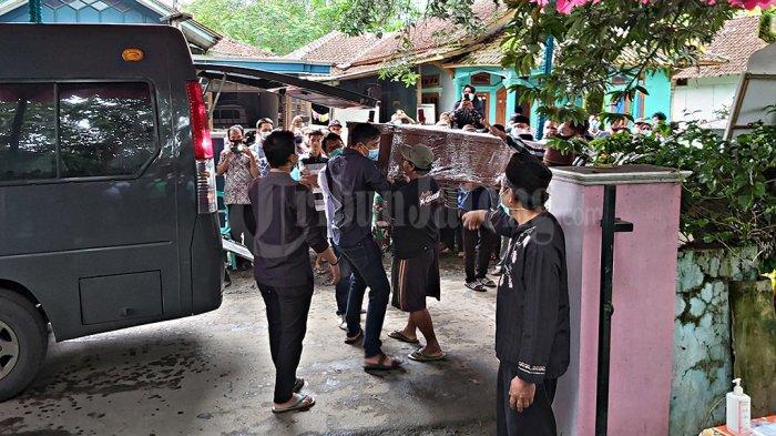 Jenazah Captain Didik Gunardi tiba di rumah duka yang ada di RT 11 RW 4, Dukuh Besimahan, Desa Srinahan, Kecamatan Kesesi, Kabupaten Pekalongan, Jawa Tengah, Rabu (20/1/2021).