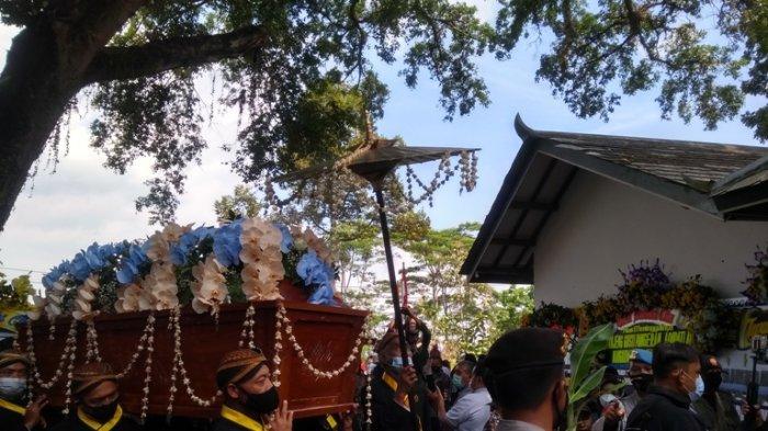 Putra-Putri Hantarkan Jenazah KGPAA Mangkunegara IX Menuju Pemakaman di Astana Girilayu