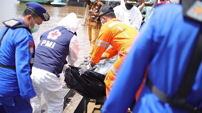 Petugas mengevakuasi jenazah korban kapal tenggelam yang kembali ditemukan di perairan sekitar Muara Jungkat, di Posko SAR Gabungan, Jalan Rahadi Usman, Pontianak, Kalimantan Barat, Sabtu 17 Juli 2021. Dari pagi hingga Sabtu siang WIB petugas mengevakuasi dua korban kapal nelayan tenggelam dalam keadaan meninggal dunia.