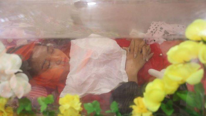 Jenazah Kyal Sin, dikenal juga dengan nama Angel atau Deng Jia Xi, dibaringkan di Kuil China Yunnan setelah dia ditembak mati di bagian kepala saat menghadiri demonstrasi menentang kudeta di Mandalay, Myanmar, pada 3 Maret 2021.(AP PHOTO/-)