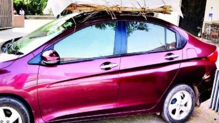 India Krisis Covid-19, Seorang Anak Ikat Jenazah Ayah di Atas Mobil untuk Dibawa ke Krematorium