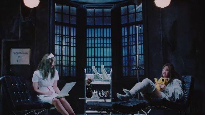 Jennie mengenakan baju perawat (kiri) di video musik Lovesick Girls BLACKPINK.(Koreaboo)