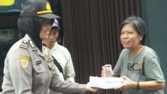 Polresta Surakarta  Bagikan Nasi Jumat untuk Warga Tak Mampu