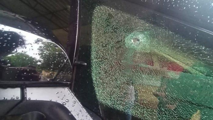 Kaca Mobil Toyota Alphard yang bolong karena tertembak di Jalan Monginsidi Solo, Rabu (2/11/2020).