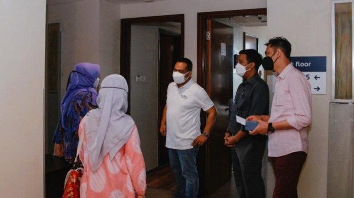 Kepala Dinas Kesehatan Kota Solo, Siti Wahyuningsih (baju batik biru) didampingi GM Hotel Ibis Styles, Toat Edi Wijaya (kaos putih) saat meninjau lokasi isolasi mandiri bagi pasien dengan gejala ringan dan tanpa gejala beberapa, Sabtu (10/7/2021).