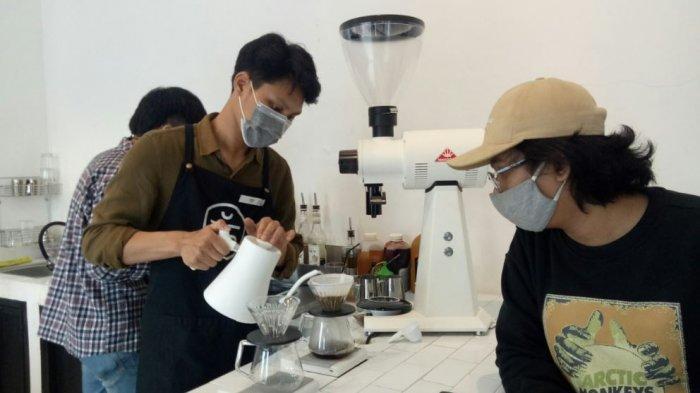 Suasana di Peraduan Coffee Shop Pijakan dua yang berlamat di jalan Supriyadi, No 3, RT 7 RW 02, Trayeman, Kecamatan Slawi, Kabupaten Tegal, pada Jumat (5/2/2021). Lokasi ini merupakan cabang kedua sedangkan cabang pertama berlokasi di Kota Tegal.