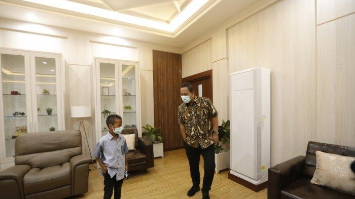 Kaka mengarahkan gaya Walikota Semarang, Hendrar Prihadi di kantornya, Senin (29/3/2021).