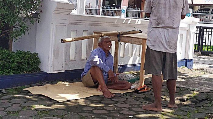 Kisah Haru Kakek Pemanggul Meja Kayu di Purwokerto, Selalu Simpan Tanggal Kematian Anak dan Istri