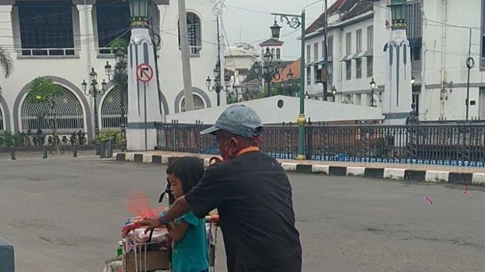 Kisah Mbah Slamet di Semarang Dorong Cucu Pakai Troli Sembari Berjualan Sabun Cuci Piring