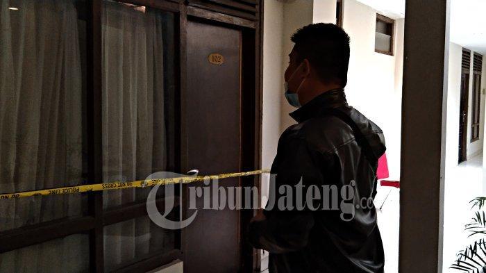 Petugas melihat kamar hotel lokasi penemuan mayat wanita di dalam lemari di Kota Semarang.