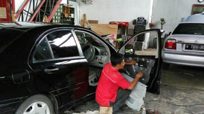 UNIK, Hampir Semua Warga Kampung Puspogiwang Buka Usaha Bengkel Pintu Mobil