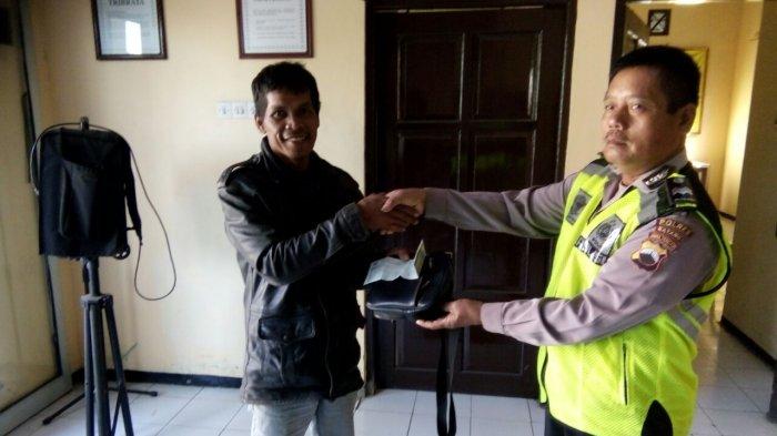 Polisi Serahkan Tas Temuan kepada Pengendara, Saat Dicek Isinya Mengejutkan