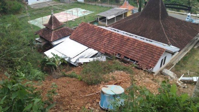 Masih Tertimbun Longsoran Sebagian, Kantor Balai Desa Wonokeling Karanganyar Tetap Buka