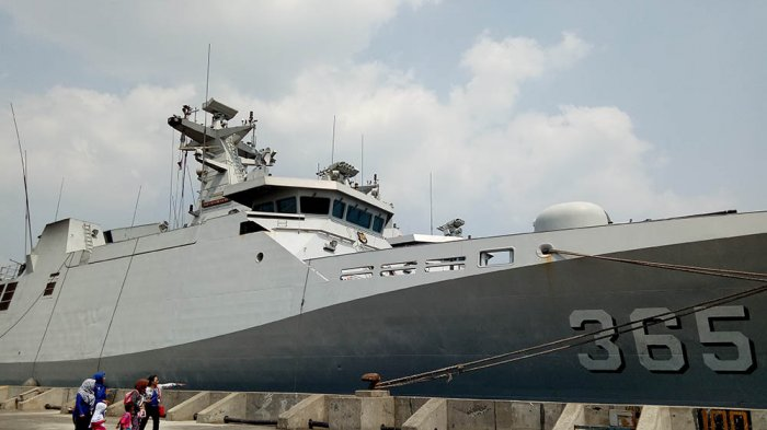 KAPAL PERANG - Pengunjung sedang melihat kapal perang KRI Diponegoro di Pelabuhan Tanjung Mas Semarang, Selasa 8 Agustus 2017