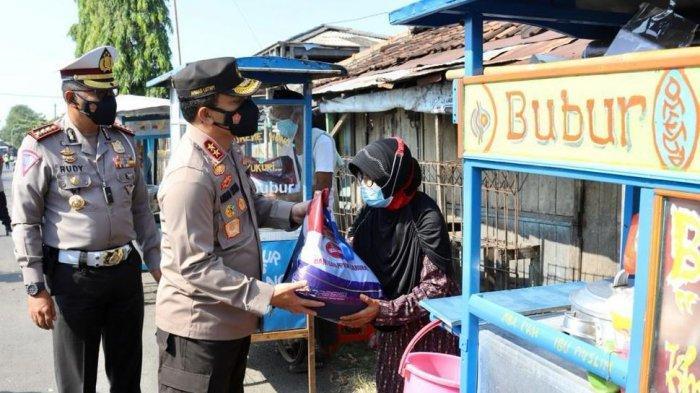 Kapolda Jateng bagikan 2,5 ton beras dan 500 paket sembako untuk warga terdampak di Demak.