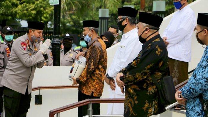 Para Pengurus Masjid Pun Tak Luput Diberi Bantuan Oleh Polda Jateng