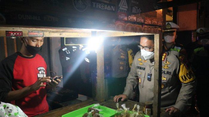 Aksi Kapolresta Banyumas, Borong Sisa Makanan Pedagang yang Masih Buka Saat Jam Malam