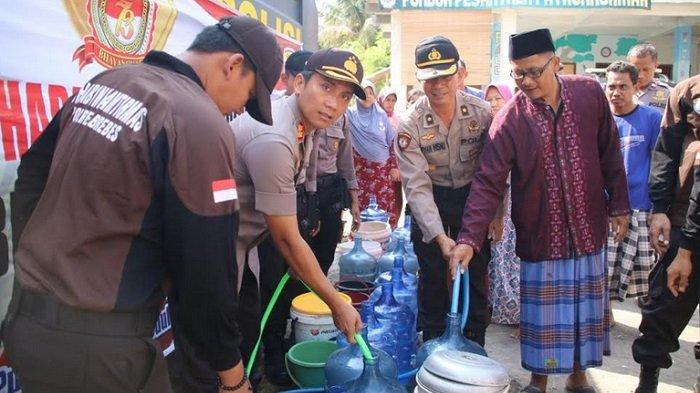Kekeringan, Kapolres Brebes Distribusikan Air Bersih Pakai Mobil Watercanon