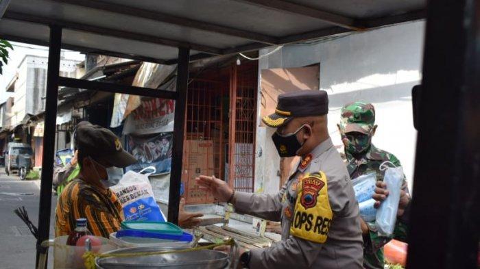 Sosialisaikan PPKM Darurat, TNI-Polri di Demak Datangi Sejumlah PKL dan Berikan Paket Sembako