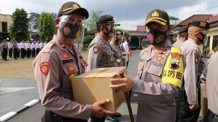 Kapolres Kebumen AKBP Rudy Cahya Kurniawan Bagikan APD kepada Personelnya
