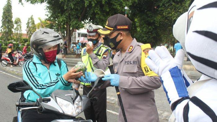 Senangnya Pengguna Jalan di Kebumen Dapat Sayur Gratis dari Polisi, Tapi Ini Syaratnya