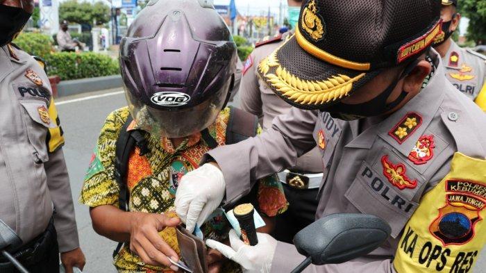 Taat Protokol Kesehatan dan Dompet Sedang Kosong, Rohmadi Sumringah Dapat Uang dari Kapolres Kebumen