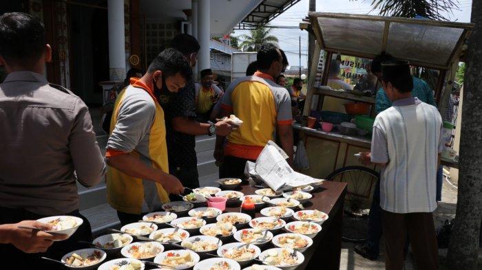 Jumat Berkah, Kapolres Kebumen Borong Soto untuk Para Jamaah Salat