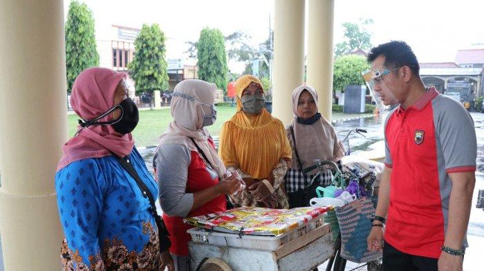 Patuh Protokol Kesehatan, Siti dan Rekannya Sumringah Dagangannya Diborong Kapolres Kebumen